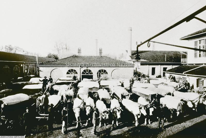 Carri con uve nel piazzale Luigi Rossi presso la sede dello stabilimento Martini & Rossi, Pessione 1920 (Martini & Rossi spa, Fondo Martini & Rossi spa)